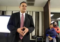 Ricardo Benítez, representante de la asambleísta Patty López, evitó hablar de sus declaraciones hechas el 13 de enero a una manifestación contra el tren de alta velocidad, donde dijo que López apoyaba la ruta SR14, que pasaría a través de Pacoima.