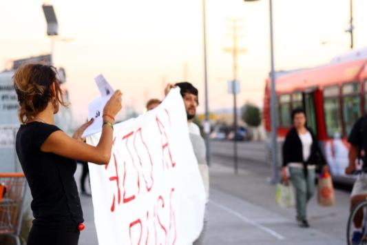 Susie Aguirre y Justan Torres en la esquina de la calle Osborne y San Fernando Road el 22 de octubre 2014 durante una manifestación en solidaridad con los afectados por la brutalidad policial. Foto de Ana Rosa Murillo / El Boletín